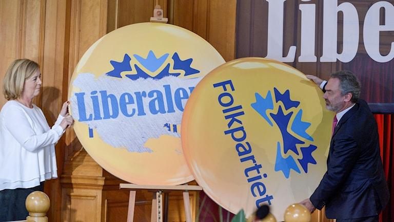 Jan Björklund och två stora skyltar med Folkpartiet respektive liberalerna på. Foto: Janerik Henriksson/TT