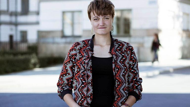 I tv-serien Makt hos mig flyttar kända politiker in hos unga vuxna runtom i Sverige. Emilia från Linköping får besök av Åsa Romson (MP). Foto: Saga Berlin/UR