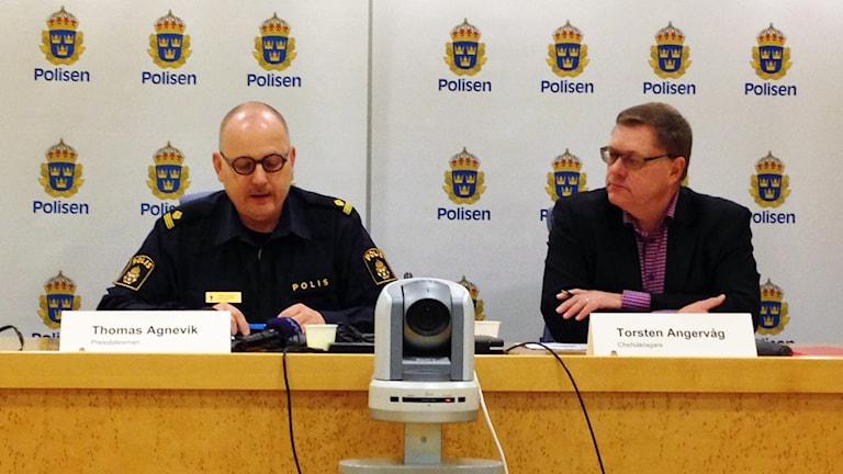 Thomas Agnevik och Torsten Angervåg vid polisens pressträff. Foto: Sofia Strindvall/Sveriges Radio