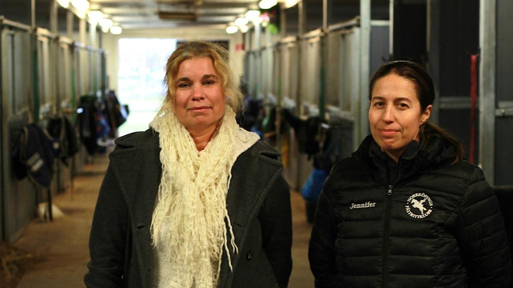 Viktoria Winge och Jennifer Carlegrim i ett stall. Foto: Tommy Alexandersson/Sveriges Radio