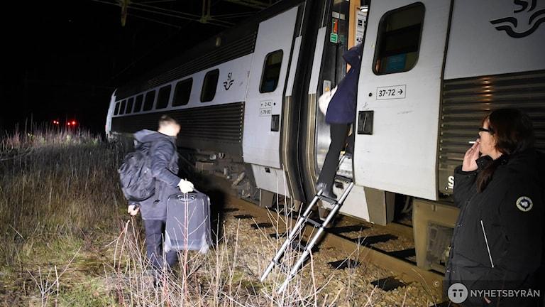 Tåg evakueras vid Ålberga, mellan Nyköping och Norrköping på fredagskvällen. Foto: Pontus Stenberg/TT