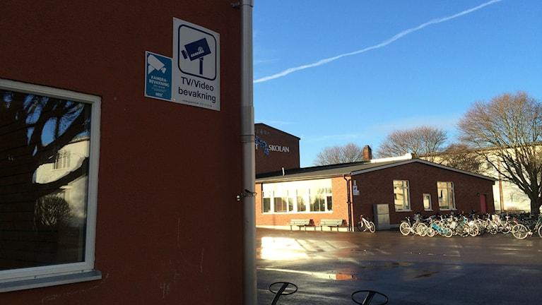 Skylt om videoövervakning på Blåklintskolan i Mjölby. Foto: Raina Medelius/Sveriges Radio