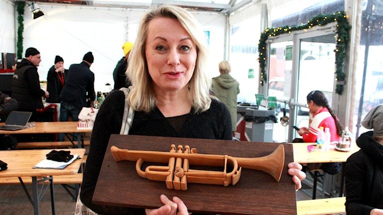 Louise Hoffsten med en trumpetskulptur. Foto: Tommy Alexandersson/Sveriges Radio