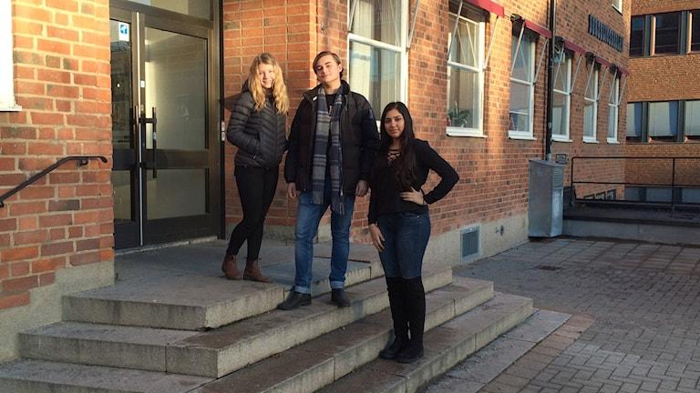 Maja Roos, i 8:an, Willhelm Lindqvist och Rezan Balaki, i 9:an känner sig trygga på sin skola. Foto: Johan Gustafsson/Sveriges Radio
