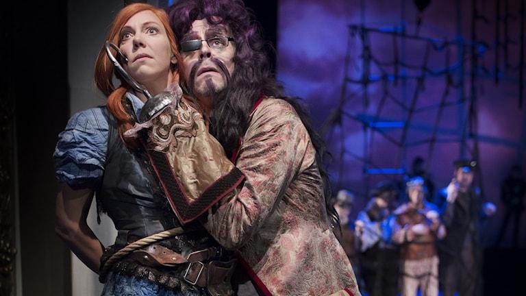 Ann-Sofie Andersson Kern som Wendy och  och Patrik Voight som Kapten Krok. Foto: Markus Gårder