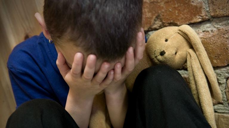 Ledsen pojke med kramdjur. Foto: Claudio Bresciani/TT