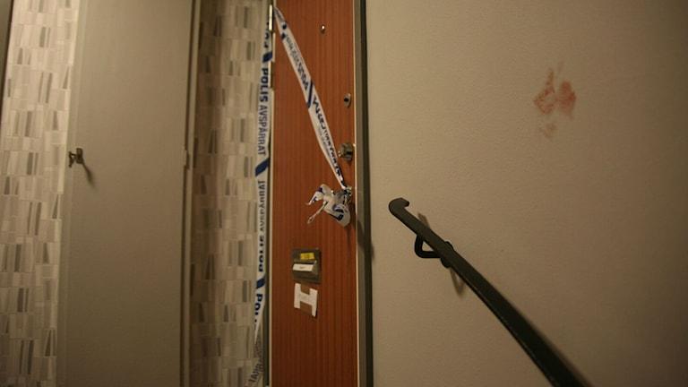 Avspärrning vid lägenhetsdörr. Foto: Björn Persson/Wighsnews