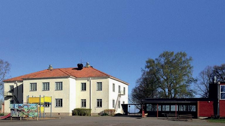 Den gamla kommunala skolan som Vadstena Fria Skola AB vill köpa av kommunen. Foto: Privat