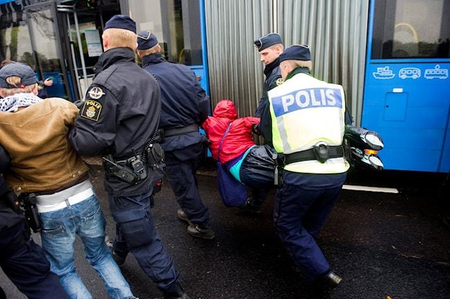Poliser avvisar personer. Foto: Björn Larsson Rosvall/TT