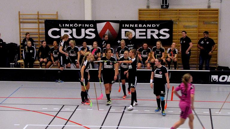Amanda Larsson, Linköping, instruerar sina lagkamrater Foto: Alexander Rudensten/sverigesradio
