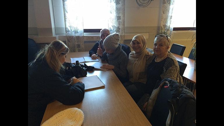 fem kvinnor vid ett bord. Foto: Malin Marcko/ Sveriges Radio