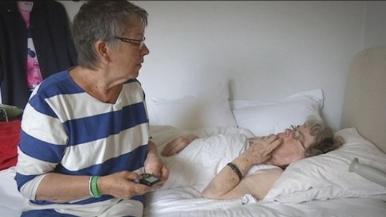 """Wiwi Heggblad tillsammans med sin mamma ur dokumentären """"Hem till varje pris"""". Foto: SVT"""