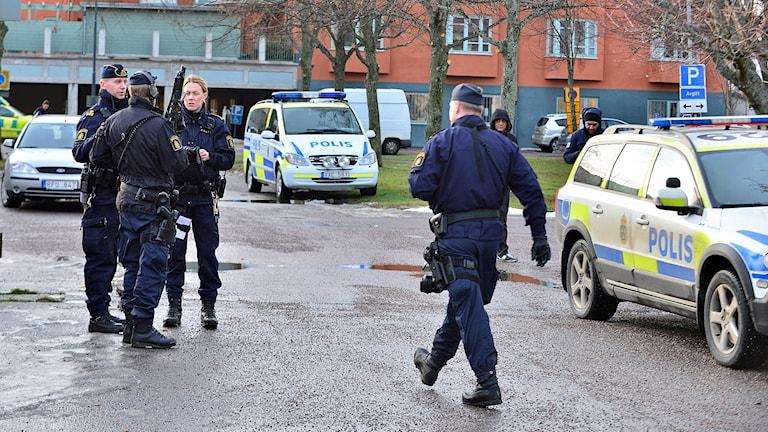 Polisinsatsen i Hageby. Foto: Niklas Luks/Nyhetswebben.se