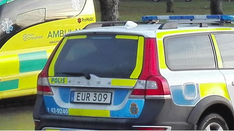 Polisbil och ambulans.  Foto: Tahir Yousef/Sveriges Radio