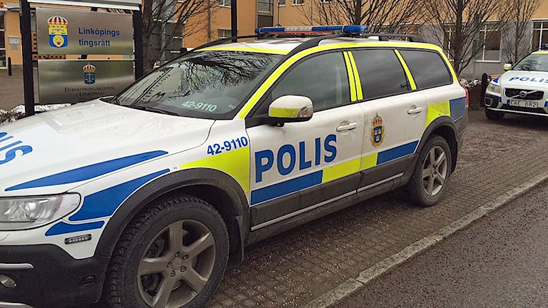 Polisbilar utanför Linköpings tingsrätt. Foto: Peter Weyde/S