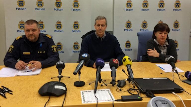 Kommunpolischef Peter Johansson, åklagare Mats Näkne åklagare och spaningsledare Berit Blick på polisens presskonferens. Foto: Lisen Elowson Tosting/Sveriges Radio