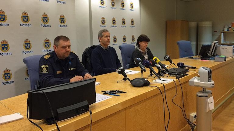 Kommunpolischef Peter Johansson, åklagare Mats Näkne åklagare och spaningsledare Berit Blick. Foto: Lisen Elowson Tosting/Sveriges Radio