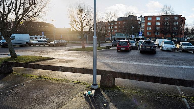 Gravljus på parkeringsplatsen i Hageby i Norrköping, där 20-åringen sköts till döds. Foto:  Vilhelm Stokstad/TT