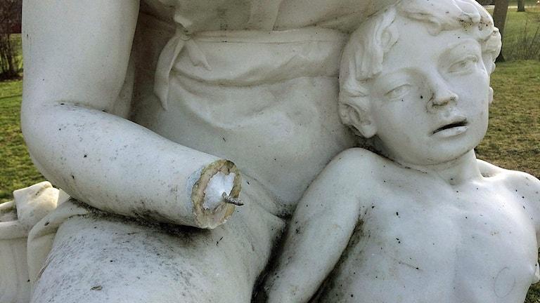 """Statyn """"Hagar och Ismael"""" vandaliserad. Foto: Marietta Douglas/Östergötlands museum"""