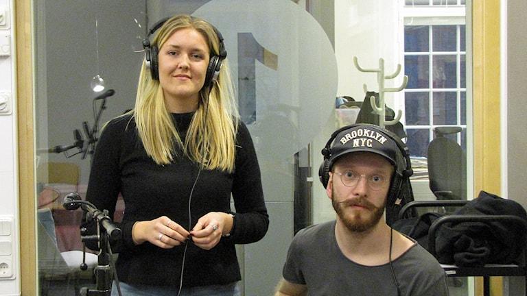 Johanna Falkenberg och gitarristen Axel Tegnered. Foto: Peter Kristensson/Sveriges Radio