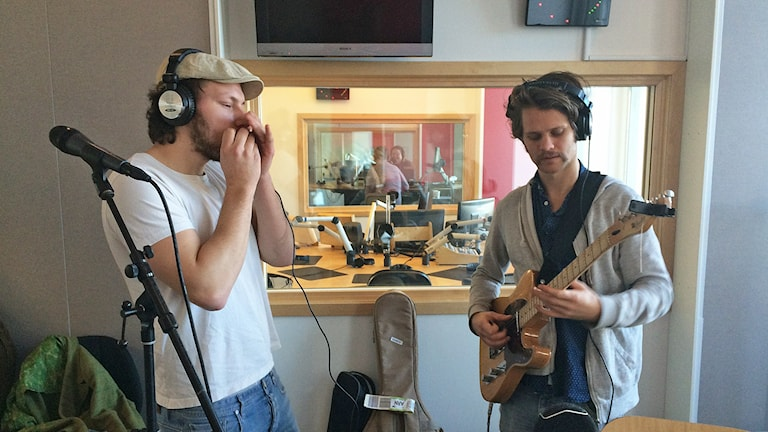 Jens Hult och gitarristen Linus Hasselberg. Foto: Jessica Gredin/Sveriges Radio