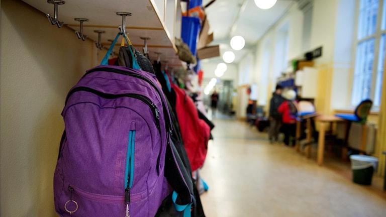 Ryggsäck i skolkorridor. Foto: Jessica Gow/TT