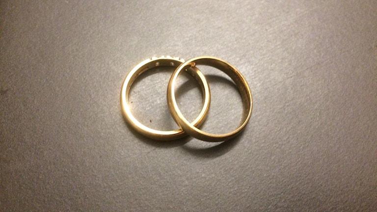 Två ringar.
