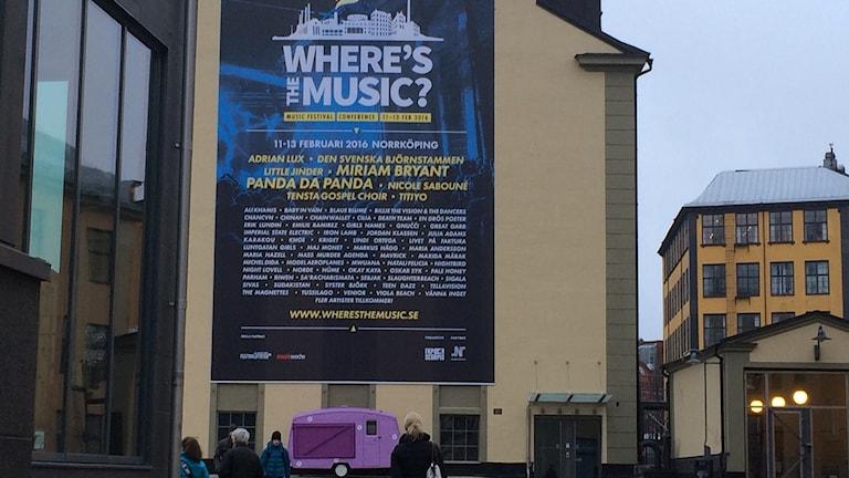 Stor affisch på Värmekyrkan för musikfestival Foto: Maria Turdén/Sveriges Radio