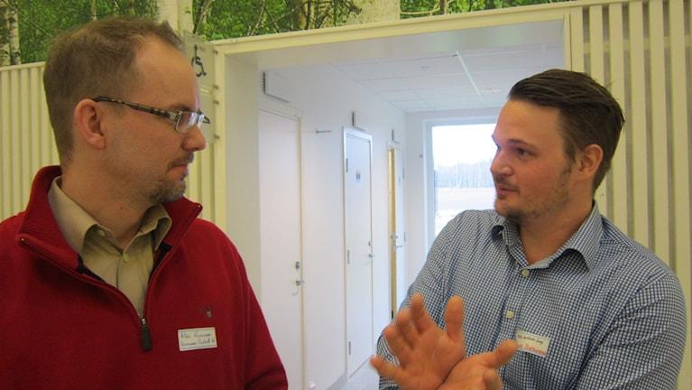Albin Gunnarsson och Oscar Björnsson diskuterar vindkraft. Foto: Raina Medelius/Sveriges Radio