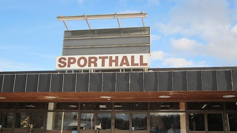Entrén Motala sporthall. Foto: Sveriges Radio