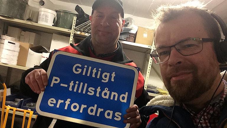 Parkeringsvakten Ulf Johansson och Mathias Lindholm. Foto: Mathias Lindholm/Sveriges Radio