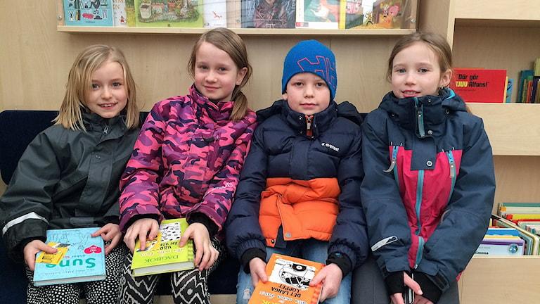 Emma Sundby, Astrid Tiborsson, Filip Gyllenhammar och Pernilla Sühl från Lindöskolan i bokbussen.