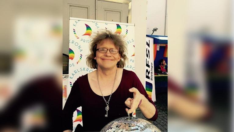 Veronica Löfnertz håller i en diskokula under Karlskrona pride