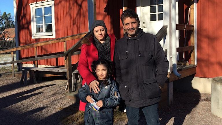 Ikram Taleb, Fahed Kejok och Aya Kejok utanför skolan i Malexander.