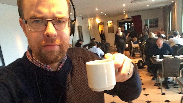 Mathias Lindholm minglar på Melodifestivalens hotell