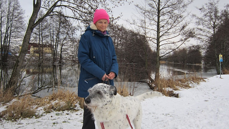 Carina Forslund med hunden Jonny.