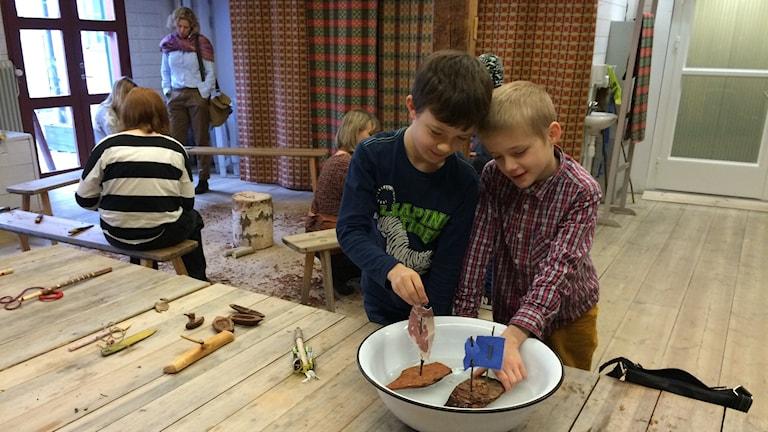 Barn gör båtar på Hemslöjden i Östergötland