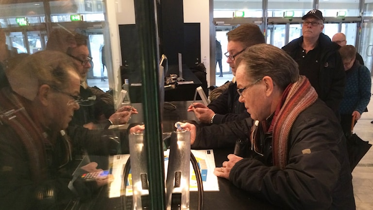 Många köade idag vid biljettsläppet till Elton John-konserten i Linköping.
