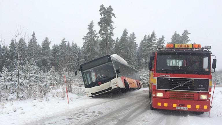 Buss som åkt i diket vid Karlsbyvägen