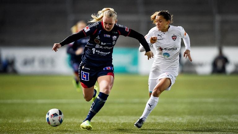 Linköpings Stina Blackstenius (tv) i kamp om bollen med Rosengårds Alexandra Lowe Riley.