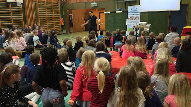 Pansar från Gladiatorerna pratar mobbning på Blästadskolan.