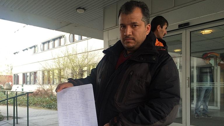 Habib Amer med protestlistan.