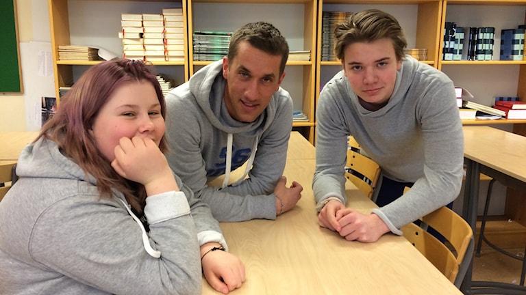 Ellinor Juntura, läraren Martin Karlsson och Charlie Lidberg Foto: Lisen Elowson Tosting/Sveriges Radio
