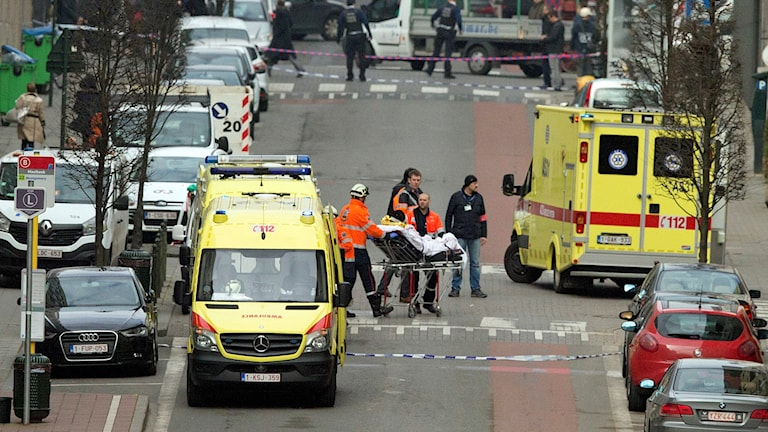 A victim from the Brussels attack is taken away on a stretcher. Photo: Virginia Mayo / TT.