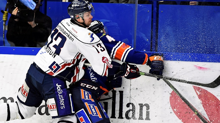 LHC:s Andrew Gordon tacklar Niclas Lundgren i Lakers under kvartsfinal 4.