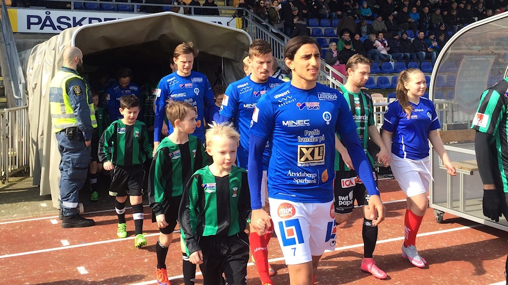 ÅFF-spelare går in på fotbollsplan. Foto: Christian Ströberg/Sveriges Radio