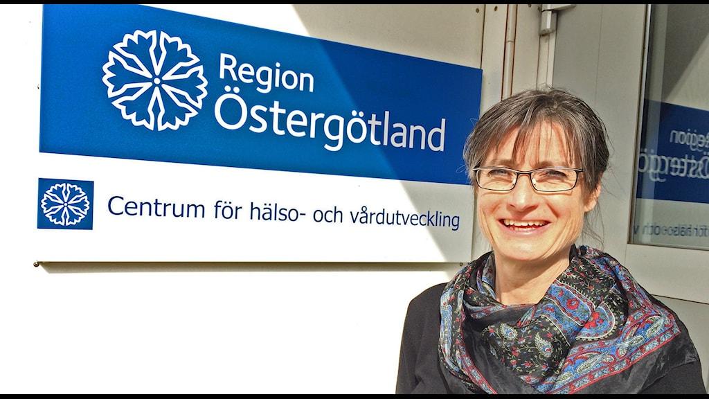 Britt Åkerlind konstaterar att Lassa-patienten mår bättre.