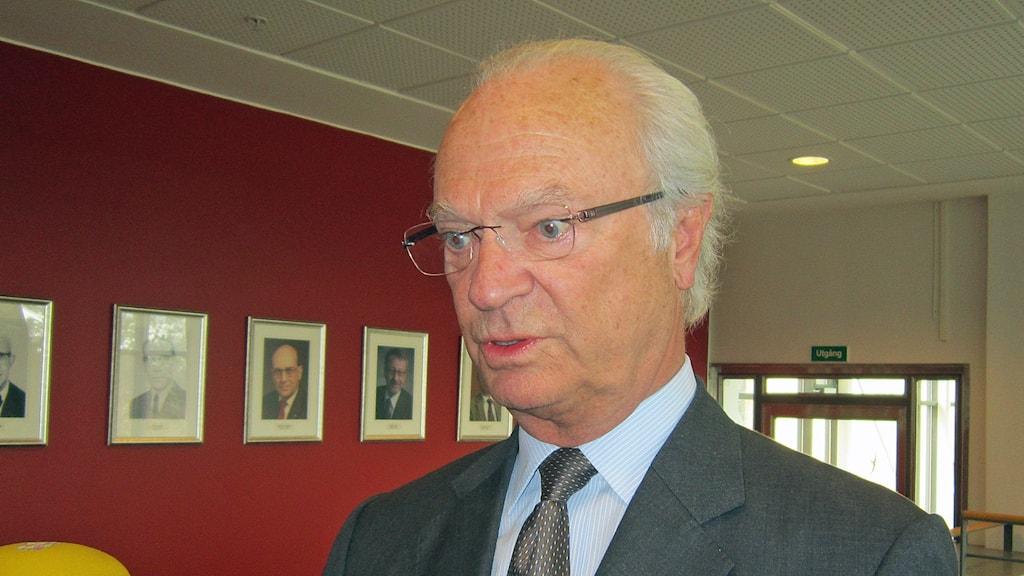 Kung Carl Gustaf på Nationellt forensiskt centrum i Linköping.