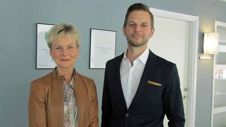 Landshövding Elisabeth Nilsson och handläggaren Andreas Lundberg.