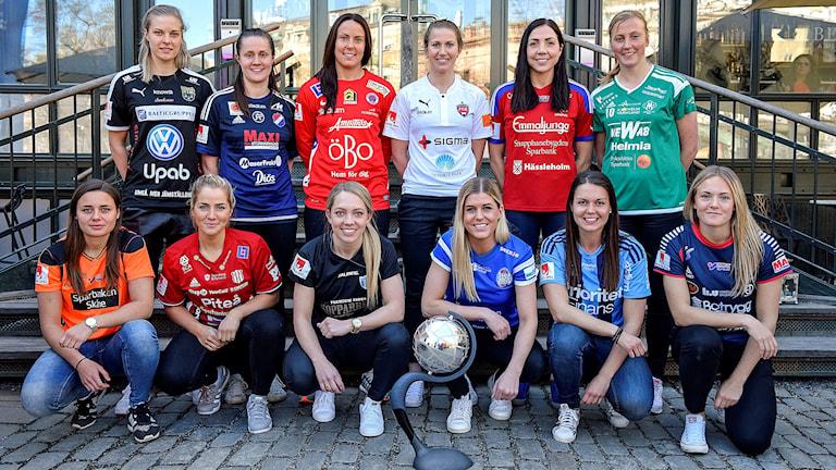 Spelare i damallsvenskan på en gruppbild i samband med upptaktsträffen  i Stockholm 2016.